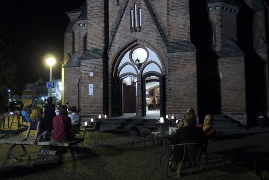15.NdK Menschen vor Petruskirche