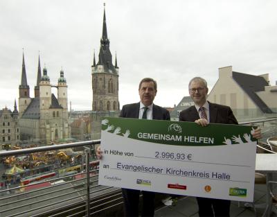Scheckübergabe Galeria Kaufhof zur Aktion 'Schulmaterial für geflüchtete Kinder'